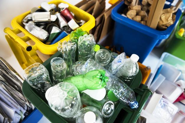 Recuperar el plástico que los ciudadanos y las empresas desechan tiene como objetivo principal la conservación del medioambiente y para ello se debe comenzar un proceso de reciclaje con etapas que a continuación os mencionaremos.