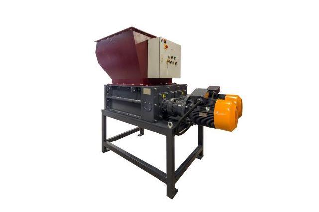 Molino desgarrador de 4 ejes para reciclaje de plástico, madera, metal, neumáticos y residuos electrónicos.